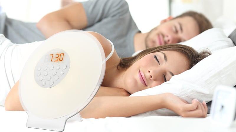 Un appareil de luminothérapie pour un réveil et un endormissement sans stress comme le simulateur d'aube appelé aussi réveil par la lumière.